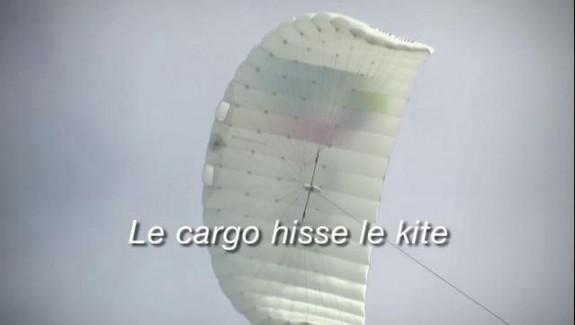 Le cargo hisse le kite