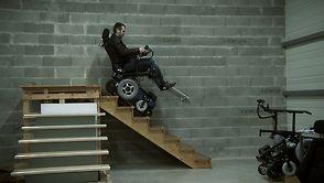 Le fauteuil franchit l'escalier