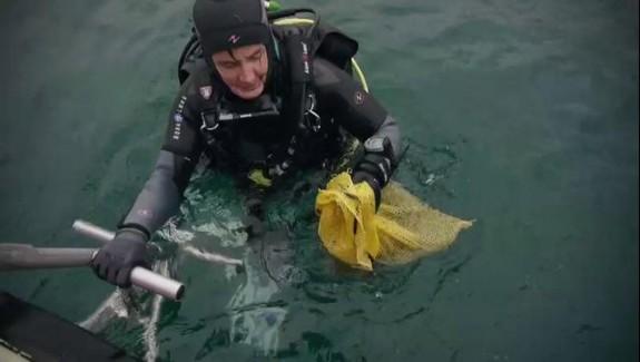 Les plongeurs nettoient les fonds marins