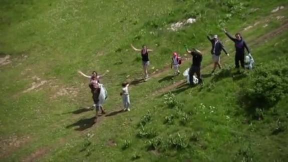 Les bénévoles nettoient la montagne