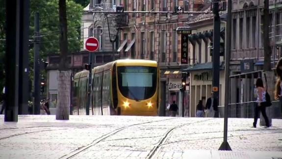 Voiture et tramway, le bon ticket